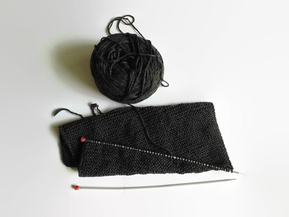 En mis agujas: la bufanda gris topo