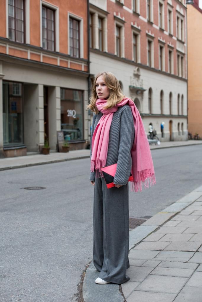 Una bufanda importante, colorida, brillante puede cambiar radicalmente un conjunto neutral.