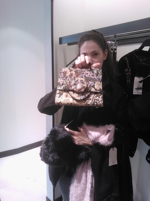 Silvia en Zara mostrándonos la cartera
