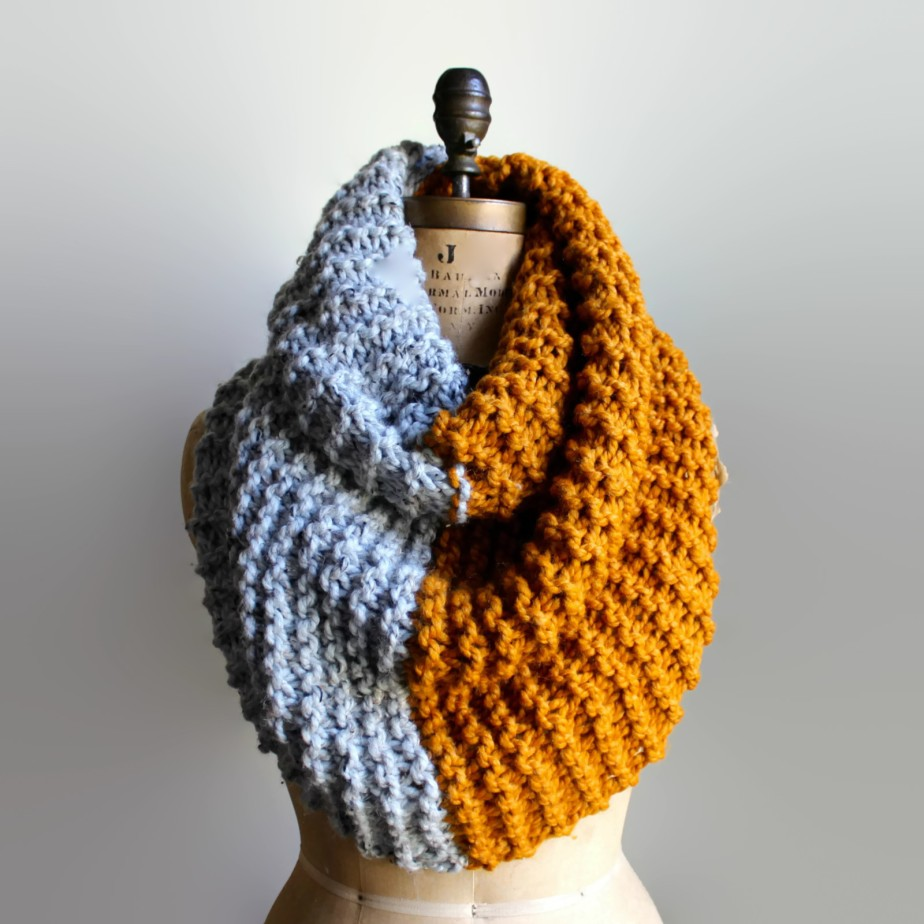 Super Snuggly Chunky Knit Cowl Amber Grey Infinity Scarf por Happiknits