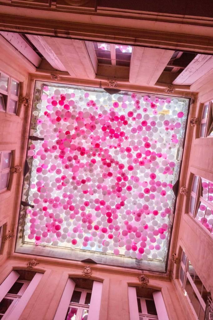 Un cielorraso de globos rosa